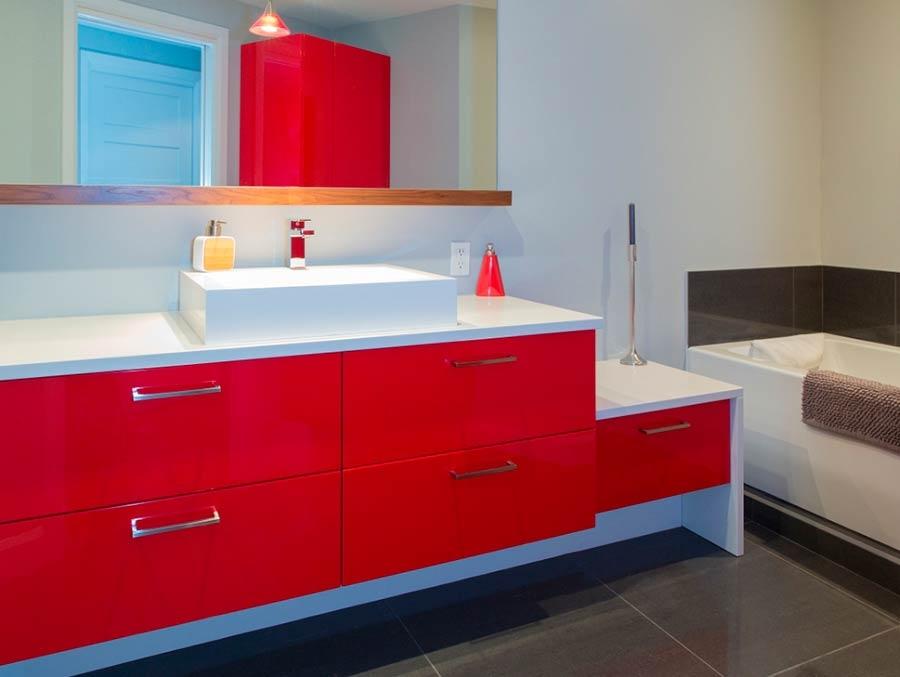 Une salle de bain haute en couleurs